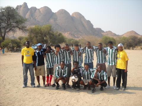 DHL levererar fotbollsutrustning till barn i Namibia - Världens Barn uppmärksammade DHL:s insats på tv-gala
