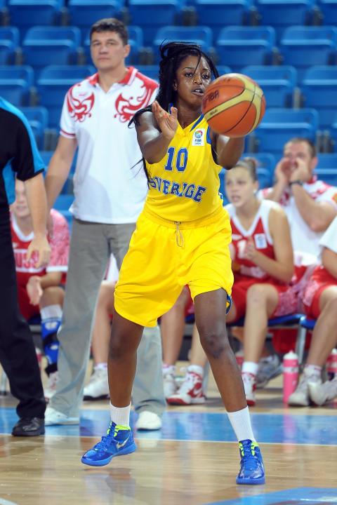 Sveriges damer i basket följer upp EM-succén - vann överlägset i öppningsmatch på Universiaden i Kazan