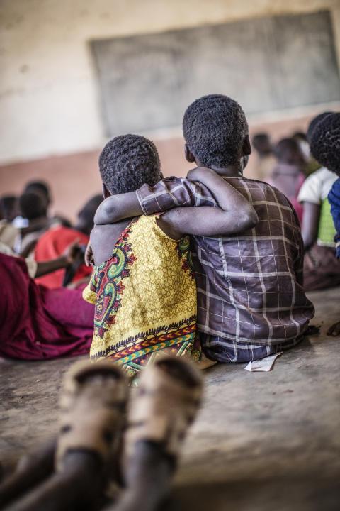 Barnen hemma från skolan för att leta mat