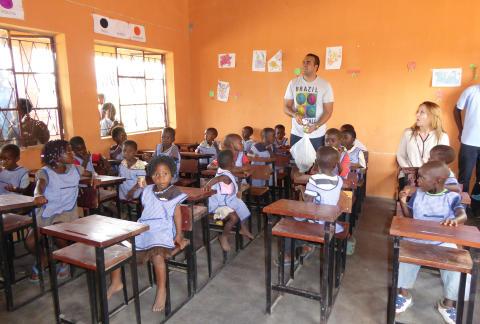 Andreas Yacoub besöker på barncentret i Moçambique