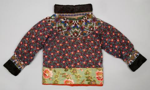 Tröja, kvinnodräkt av fågelskinn, Aasiaat, Grönland 1916–1918, från Världskulturmuseerna