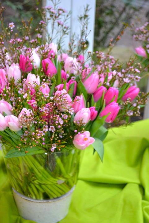 Tulpanbukett i rosa toner med vaxblommor i.
