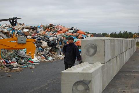 """""""Vuxenlego"""" i betong håller soporna på plats"""""""