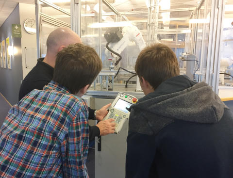 Noggranna instruktioner från Yaskawa Nordics Kenneth Brännmark. Utbildningen sker med säkerhetsinglasade robotar, PLC-styrda.  Foto: Yaskawa Nordic AB.