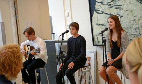 Musikalske elever underholdt på åpningen.