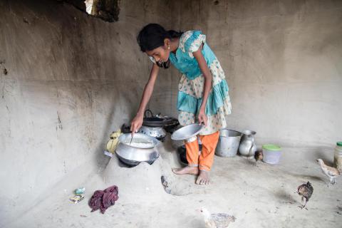 Purnima, 11 år, är den som lagar mat och städar i familjen.