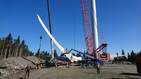 Première éolienne érigée au Mont Sainte-Marguerite
