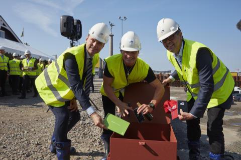 Peter Danielsson, Petter Stordalen och Magnus Skiöld fyller tidskapseln med föremål.