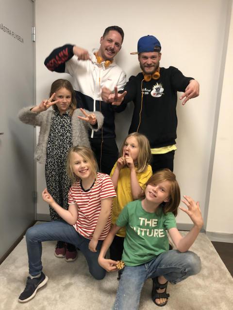 Jompa med producenten Daniel och barnen Hedda, Vera, Sigge och Bobo som gör Lär dig rappa på Storytel.