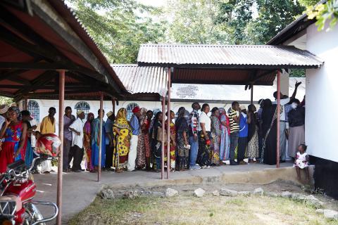 Kö till synundersökning i Tanzania