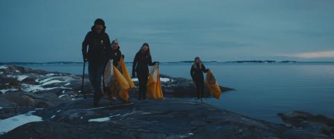 Ungdomar från idrottsrörelsen städar kusten.