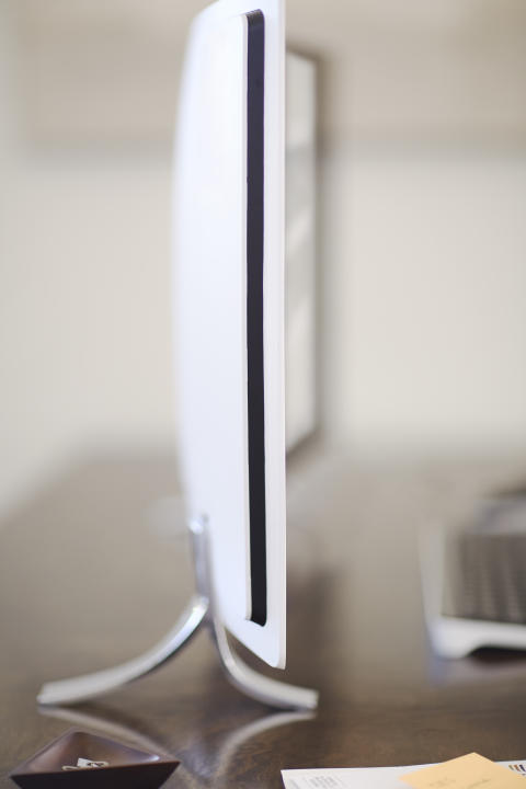 A profile of a HP ENVY Curved sitting on a desk