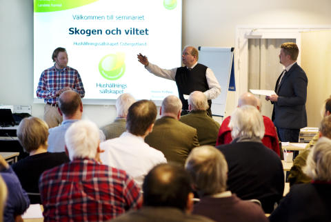 Landsbygdsministern på Vreta Kluster. Här tillsammans med Simon Halling på Hushållningssällskapet och Jaktvårdskoonsuletn Elias Turesson från Jägareförbundet.