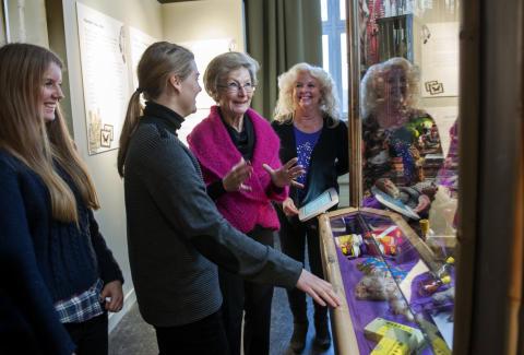 En souvenir för livet - besökare tittar på marknaden