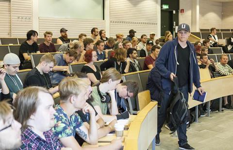 De nya medieteknikstudenterna tar plats på campus