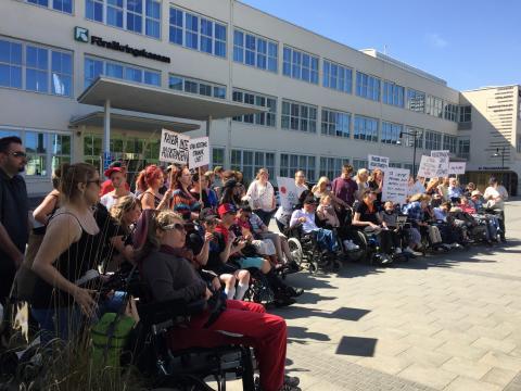 Tusentals namnunderskrifter lämnades till Försäkringskassan