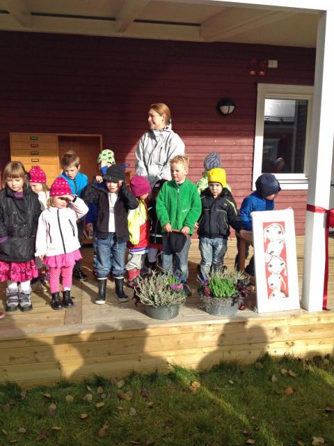 Förskolebarnen sjunger vid invigningen Ljungdalens förskola