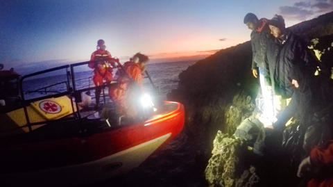 Stor räddningsinsats från obebodd ö i natt. Foto Peter Wixtröm