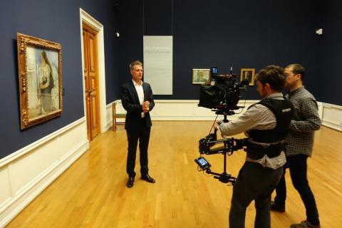 Programleder Tim Marlow under opptak av filmen Munch 150