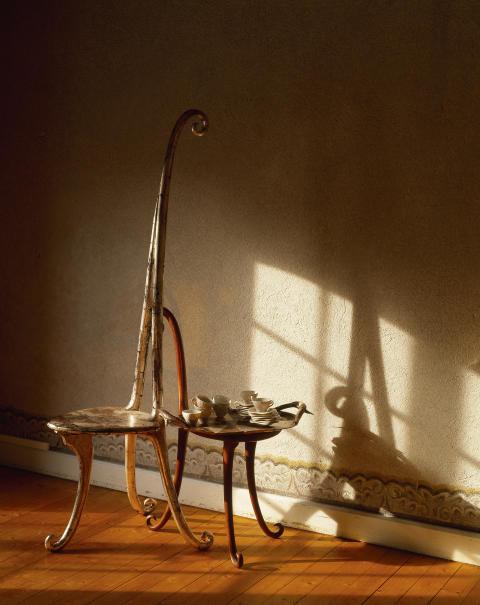 """Barockt III – Rock i barocken. Tage Andersen gör även objekt som bord och stolar. Här borddukning """"Den lilla sjöjungfrun"""" , Norrvikens trädgårdar 2005."""