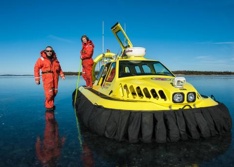 Sjöräddningssällskapets svävare patrullerar isarna hela vintern