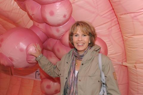 Christa Maar, Vorstand der Felix Burda Stiftung im Darmmodell FASZINATION DARM