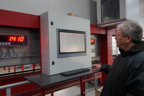 En väloljad Glad Påsk önskar Midlands fabrik i Schweiz