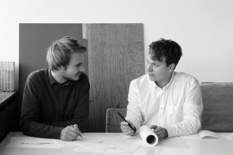 Tegnestuen Johansen Skovsted Arkitekter modtager Kronprinsparrets Stjernedryspris 2016. Til venstre Sebastian Skovsted, til højre Søren Johansen.