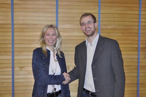 Catharina Jevrell och Tobias Andersson skakar hand.