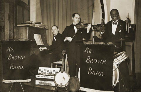 Joseph Brown bag trommerne i Mr. Brown Band