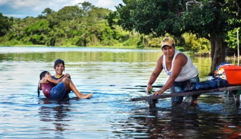I kanten af det hele ligger en smuk sø, hvor nogle kvinder allerede er i gang med vasketøjet.