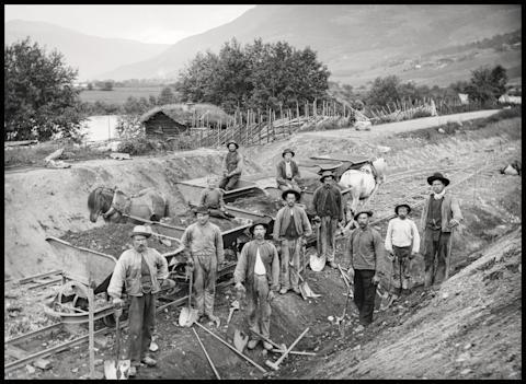 Bygging av jernbanen i Kvam i 1896.