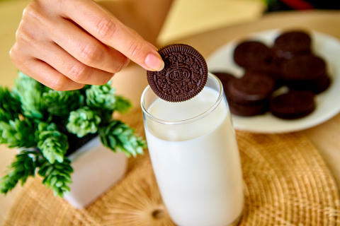 Spoločnosť Mondelēz International dosiahla zápis do Guinnessovej knihy rekordov s najvyšším počtom ľudí namáčajúcich v rovnakú chvíľu Oreo do mlieka