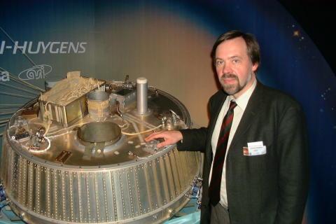 Foto: Prof. Dr. rer. nat. Klaus Schilling und Huygens-Sonde. Prof. Schilling leitet den Lehrstuhl für Robotik und Telematik an der Julius-Maximilians-Universität in Würzburg. Er forscht unter anderem an Kleinstsatellitensystemen.