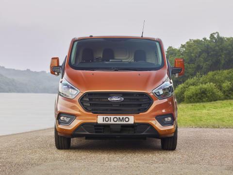 Ford avduket i dag nye Ford Transit Custom, og avslørte både et tøffere design og helt nytt interiør.