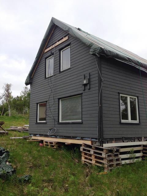 Klubbhuset til motorsykkelklubben Dizzy & Dusty Riders fra Eidsfjord i Vesterålen - før de vant Den Store Leca-dugnaden