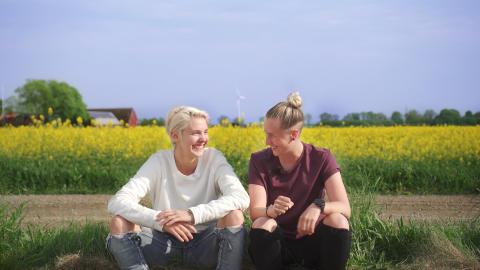 Två flator på roadtrip genom Sveriges fördomar i nya UR Play-serien: Tack gud jag är homo