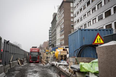 Den trange anleggsplassen midt i Oslo sentrum gjorde at eneste mulighet for å få en stabil fylling rundt den nye kulverten var å bruke sementforsterket Leca lettklinker.