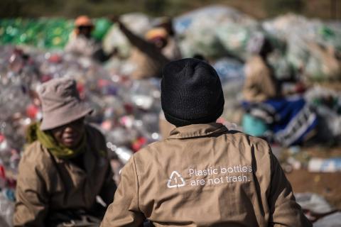 PET-muovipullojen käsittelyä Etelä-Afrikassa