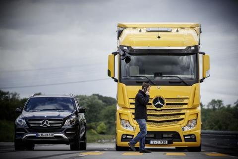 Til kamp mod dødelige lastbilulykker: Mercedes højner sikkerhedsstandarden i Danmark