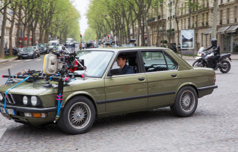 Tom Cruise under optagelserne i en 1986 BMW 5-serie Sedan