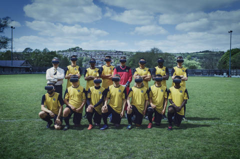 Harry Redknapp valmentaa Englannin huonointa jalkapallojoukkuetta virtuaalitodellisuuden avulla