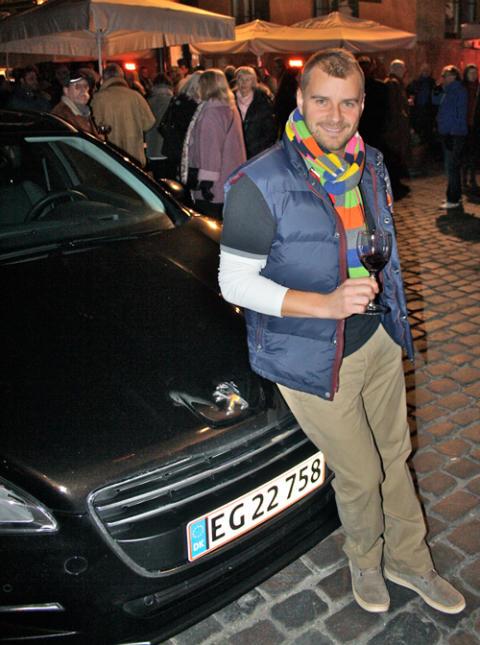 Casper Elgaard nyder et fortjent glas Beaujolais efter at have kørt de nye druer fra Paris til København i 508