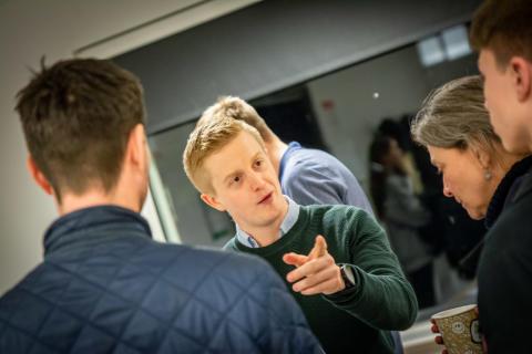 Nicolaj Pedersen i snak med forældre og elever