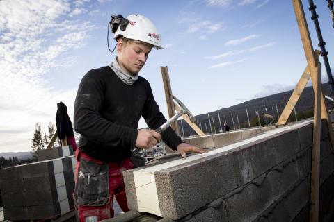 Åsen hageby på Kongsberg er et av de største utbyggingsprosjektene i mur i Norge. Her er murer Kenneth Grøterud i full sving.