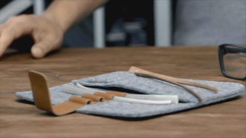 R8010 med filtetui och skalmar av trä och aluminium