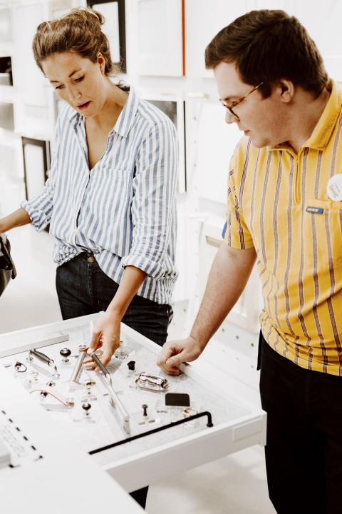 Kund och medarbetare i co-creation ytan på IKEA Kök