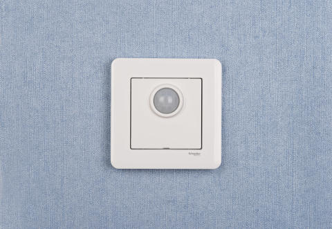 Rörelsedetektorn från Schneider Electric ser till att lampan aldrig är påslagen i onödan. Finns i fyra utföranden, här i vit.