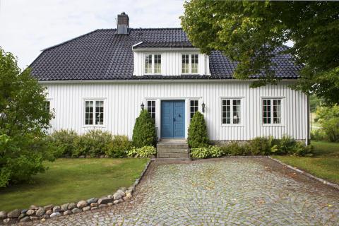 Hvitt, klassisk gårdshus
