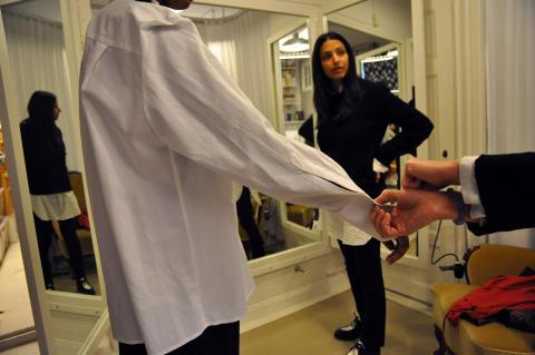 Behnaz Aram, teaterkostymör och designer, tar fram klädkollektionen Anders Reuterswärd